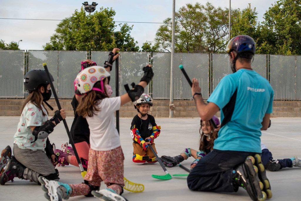 Grupo-de-Niños-con-Palos-de-Hockey
